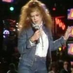 Kirsty MacColl - There's a guy works down the chip shop, swears he's Elvis